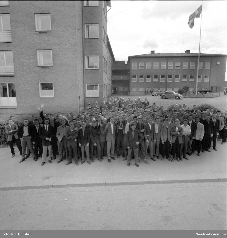 Skolstart på Verkstadsskolan. Gruppfoto på skolgården och kafferast.