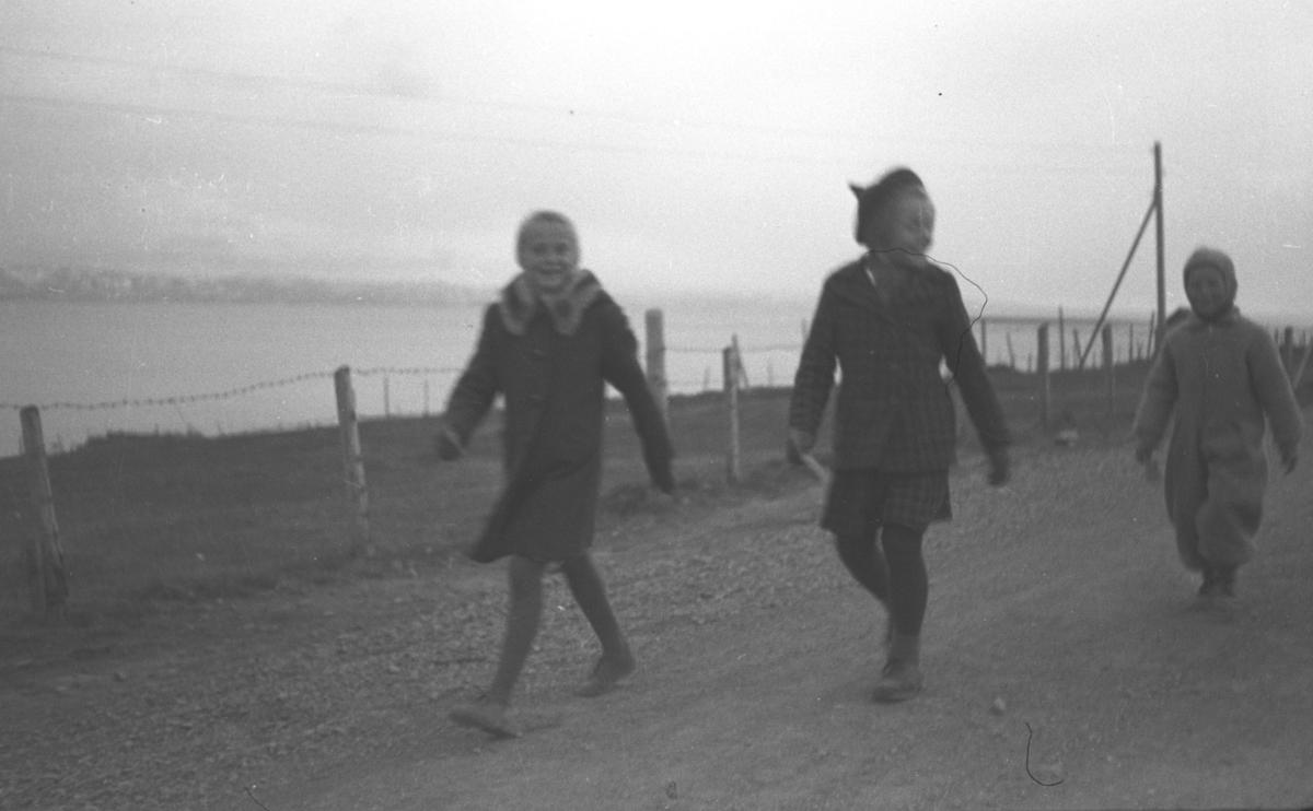 Noen barn er ute og går tur like etter krigen. Personer og sted er ukjent, men iflg. infomanten kan det være en fredsmars i Vadsø.