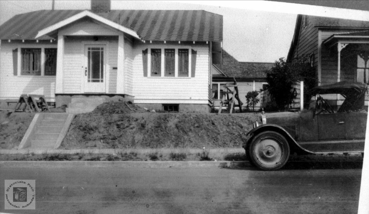 Huset til familien Gunleif Haraldstad og bilen deira i USA