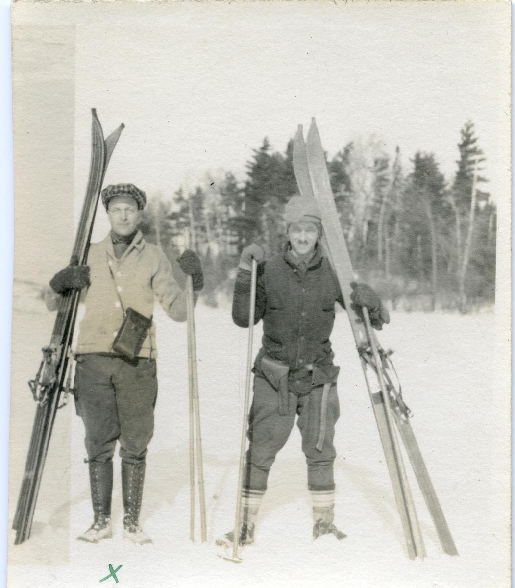 To menn avbildet på ski-og fisketur. Bildet er datert den 06.02.1921.
