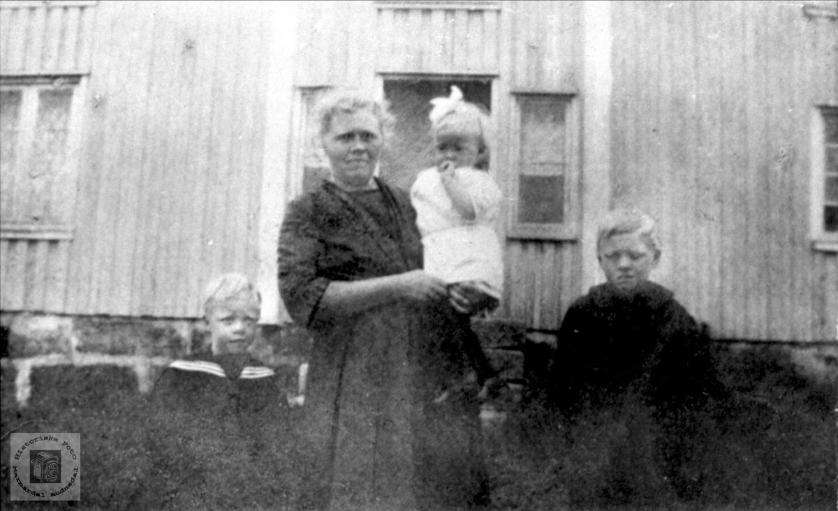 """Mor,datter og to sønner på """"Haugen""""."""
