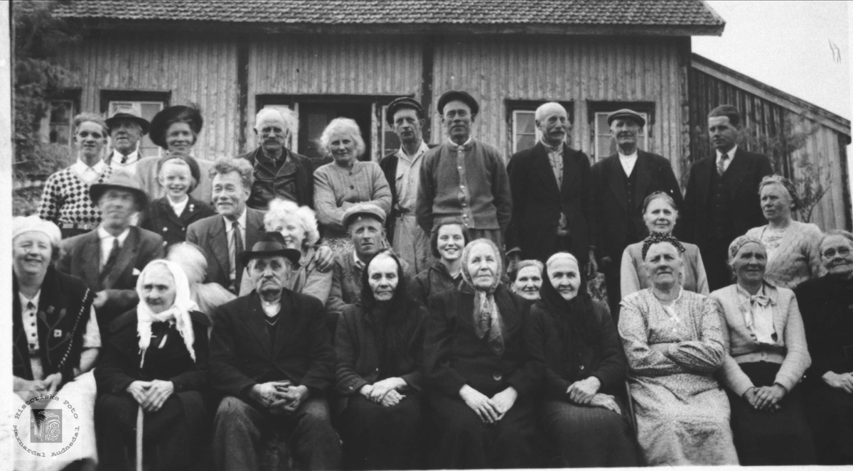 Familie og naboer samlet i Bjørkelid