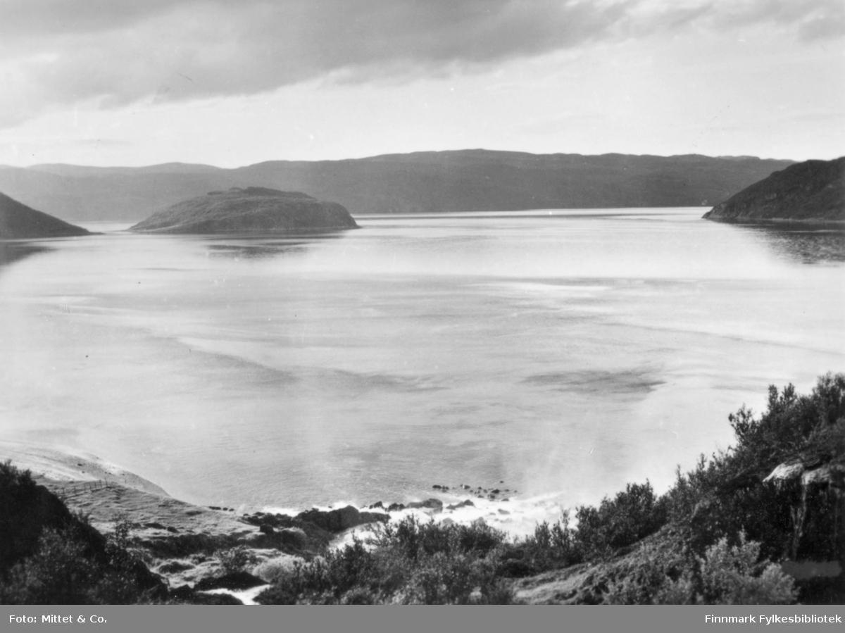 Et bilde fra Adamsfjord. På bildet kan man se vann og fjell.