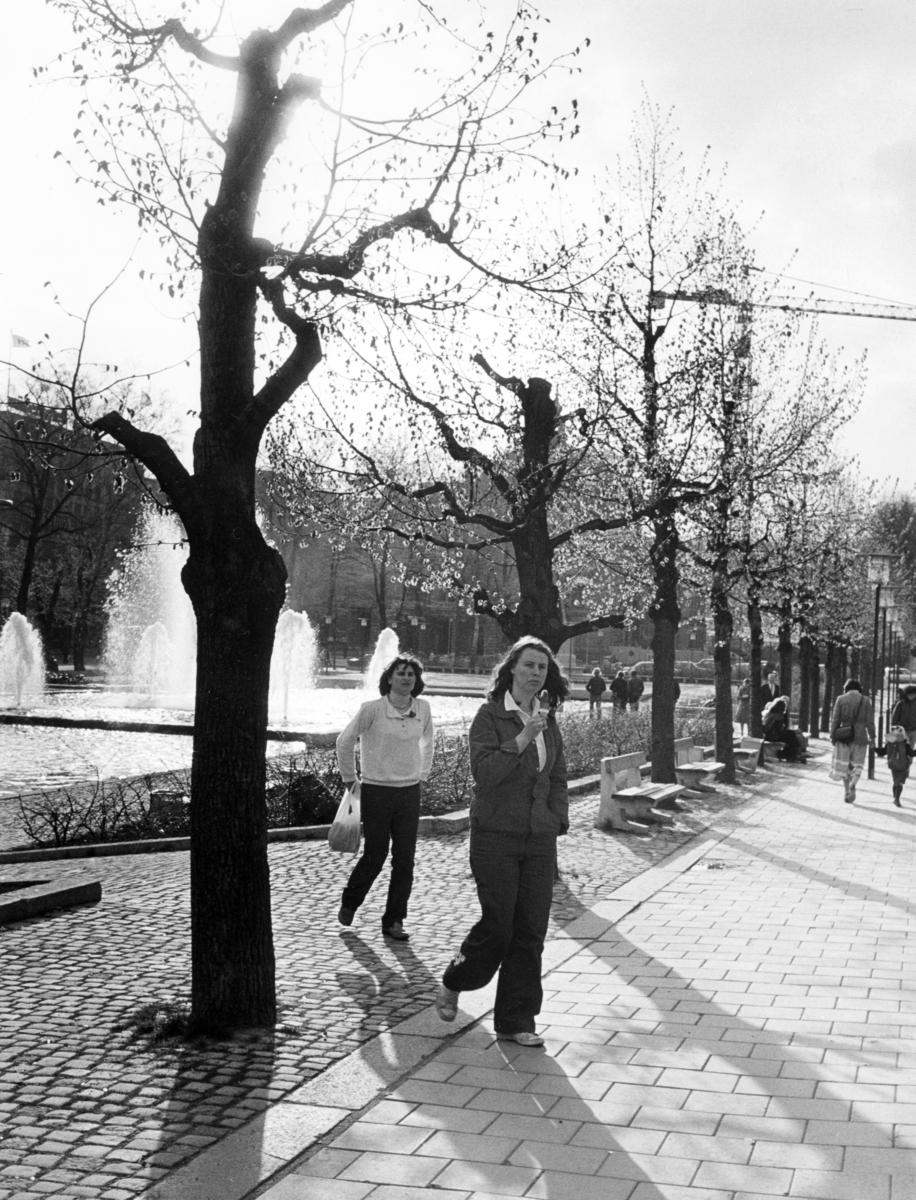 Foto av to kvinner foran Spikersuppa.