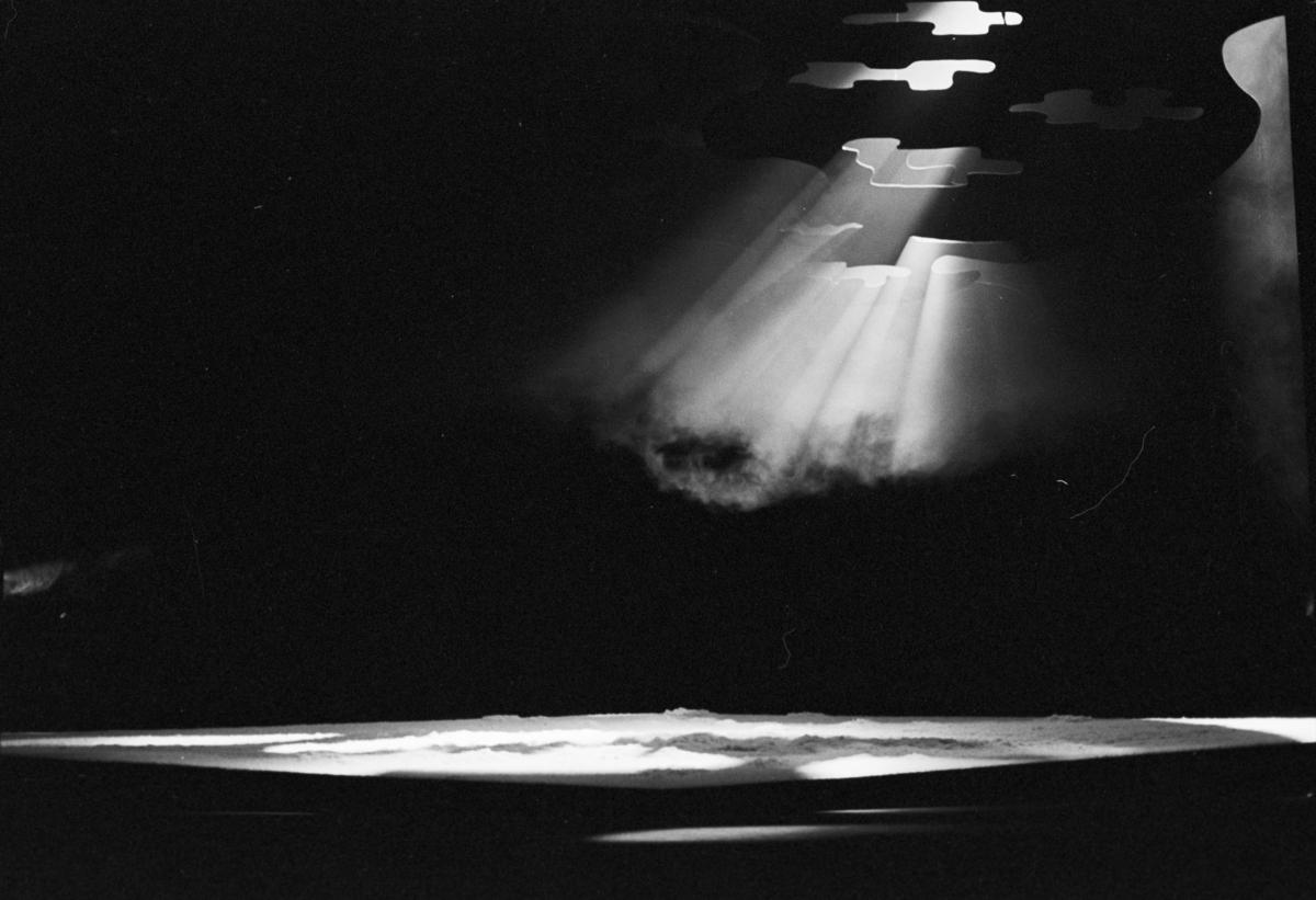 """Scenografi fra Nationaltheaterets oppsetning av Henrik Ibsens """"Brand"""". Forestillingen hadde premiere 10. juni 1978. Edith Roger hadde regi, Lubos Hruza scenografi og Per Lekang kostymer."""