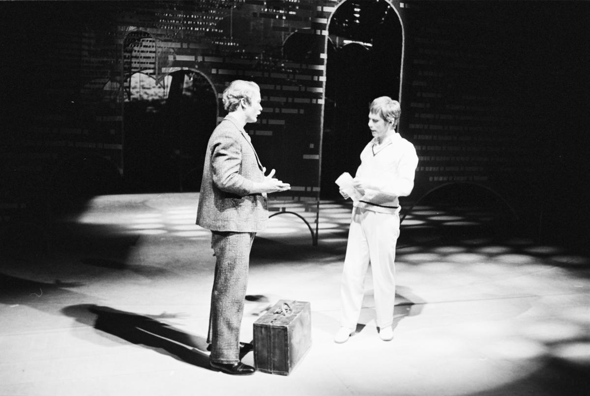 """Scene fra Nationaltheaterets oppsetning av William Shakespeares """"Helligtrekongersaften"""". Forestillingen hadde premiere 2. september 1976. Roland Joffé hadde regi og medvirkende var blant annet Anne Marit Jacobsen som Viola, Knut Husebø som Orsino og Tone Schwarzott som Olivia."""