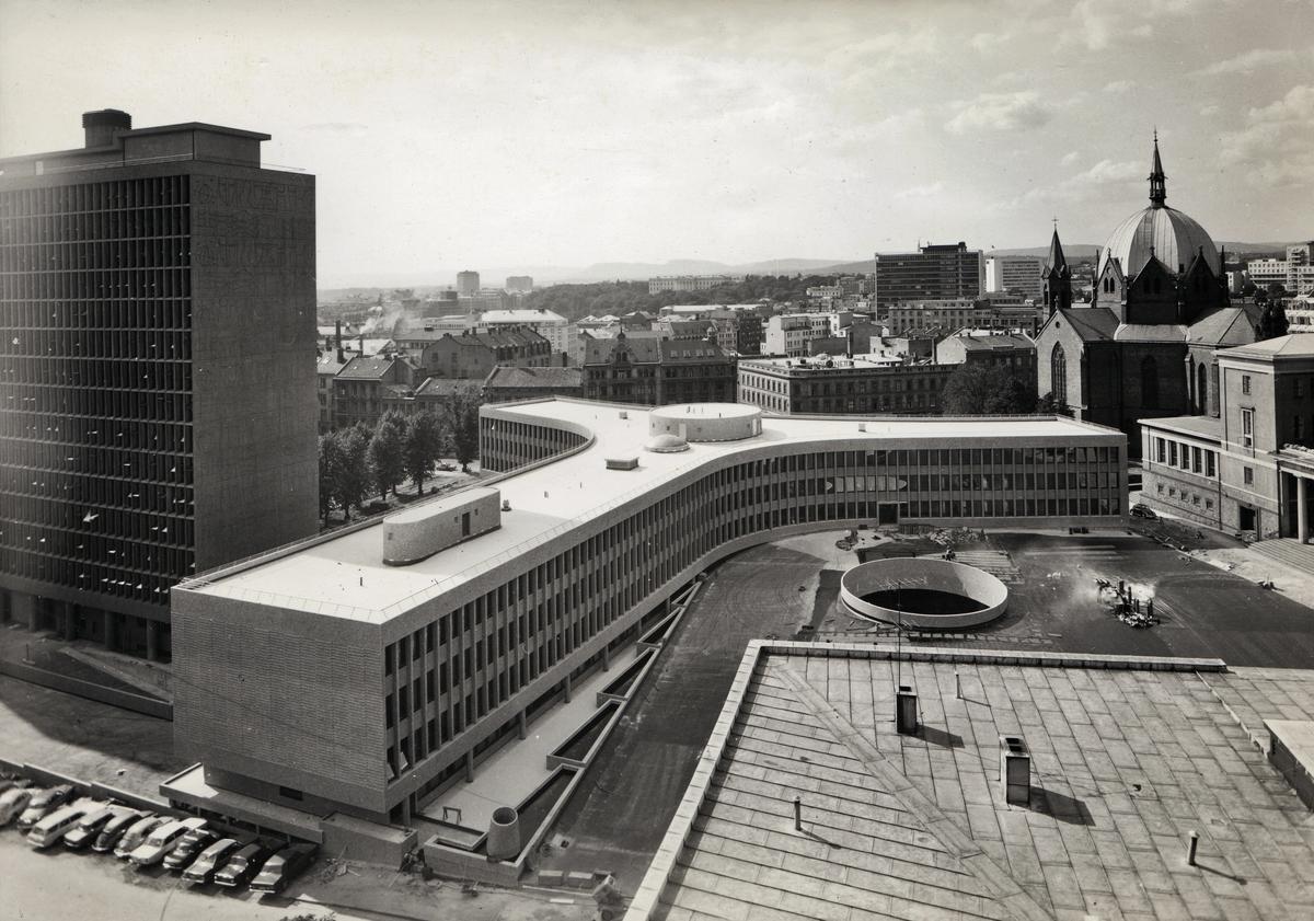 Eksteriørfoto av Y-blokka i Regjeringskvartalet. .Arkitekt Viksjø vant arkitektkonkurransen i 1939. Høyblokka i kvartalet sto ferdig i 1958, mens Y-blokka ble føyd til i 1969.