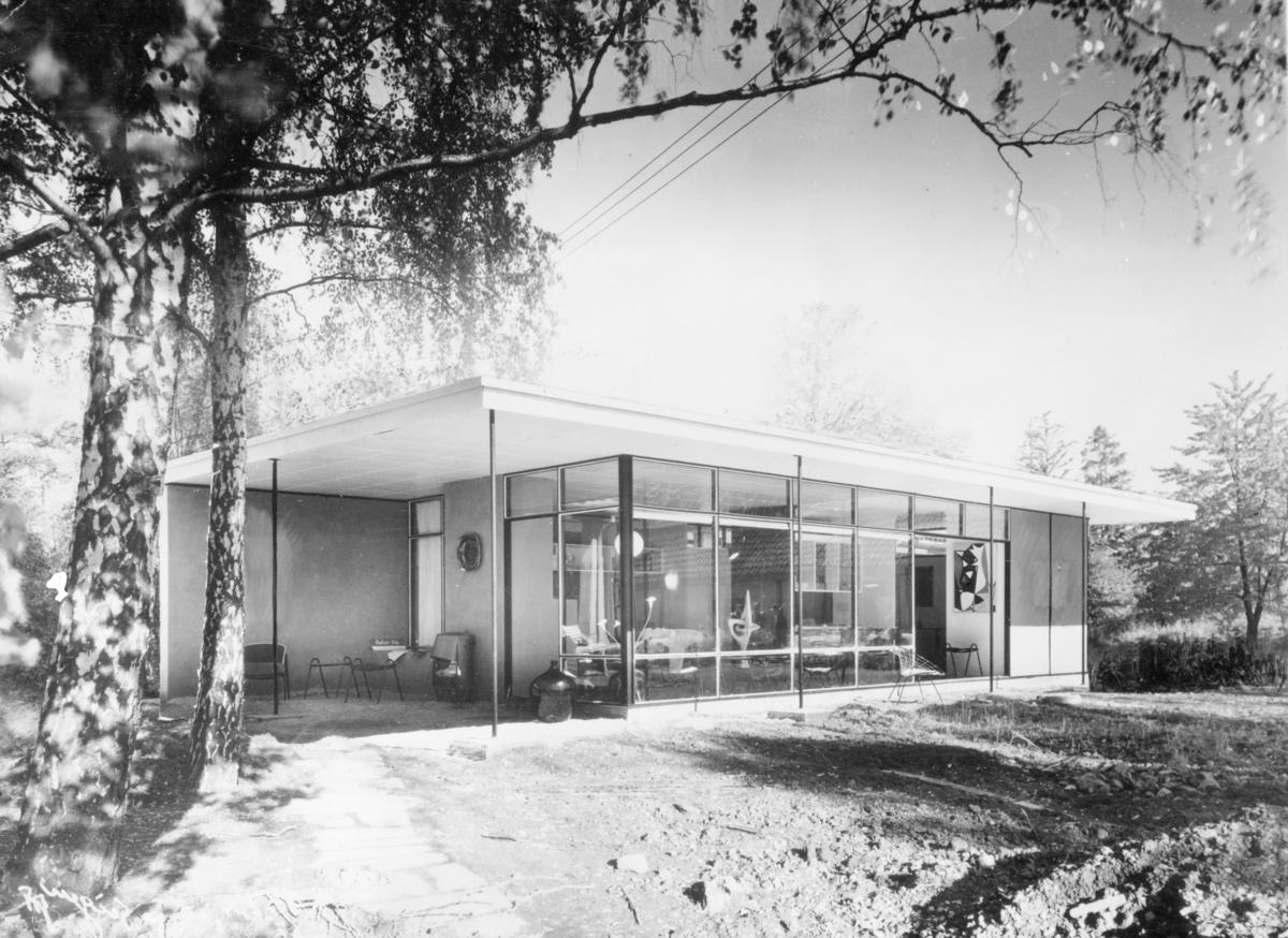 """Arkitekturfoto av """"Huntonit huset"""", muligens et demonstrasjonshus som reklame for materialet."""