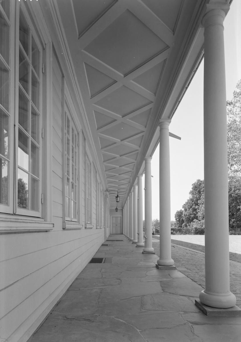 Arkitekturfoto av Linderud gård. Gården er en tidligere storgård ved Linderud i bydel Bjerke i Oslo og en avdeling av Akershusmuseet. Gårdsbebyggelsen og hagen er i dag et fredet kulturminne.