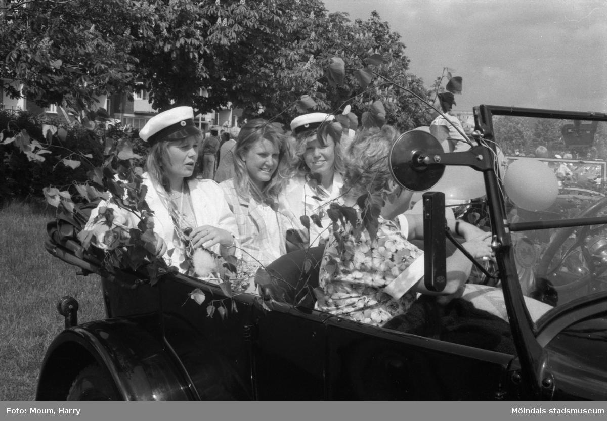 """Studentexamen på Fässbergsgymnasiet i Mölndal, år 1985. """"Det var många veteranbilar som forslade """"nybakade"""" studenter från Fässbergsgymnasiet.""""  För mer information om bilden se under tilläggsinformation."""