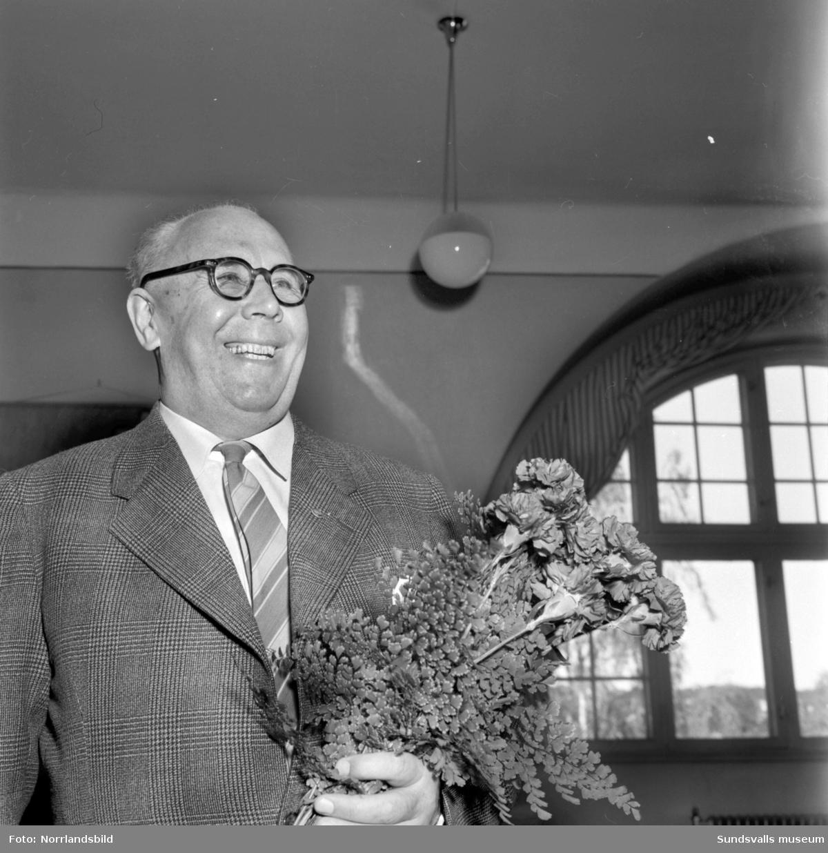 Folkskollärare Olle Lindström, Skönsberg, får blommor. (Avtackning, pensionering?)