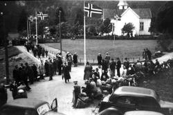 Avduking av minnestøtta for Arne Laudal. Bilen til høyre er