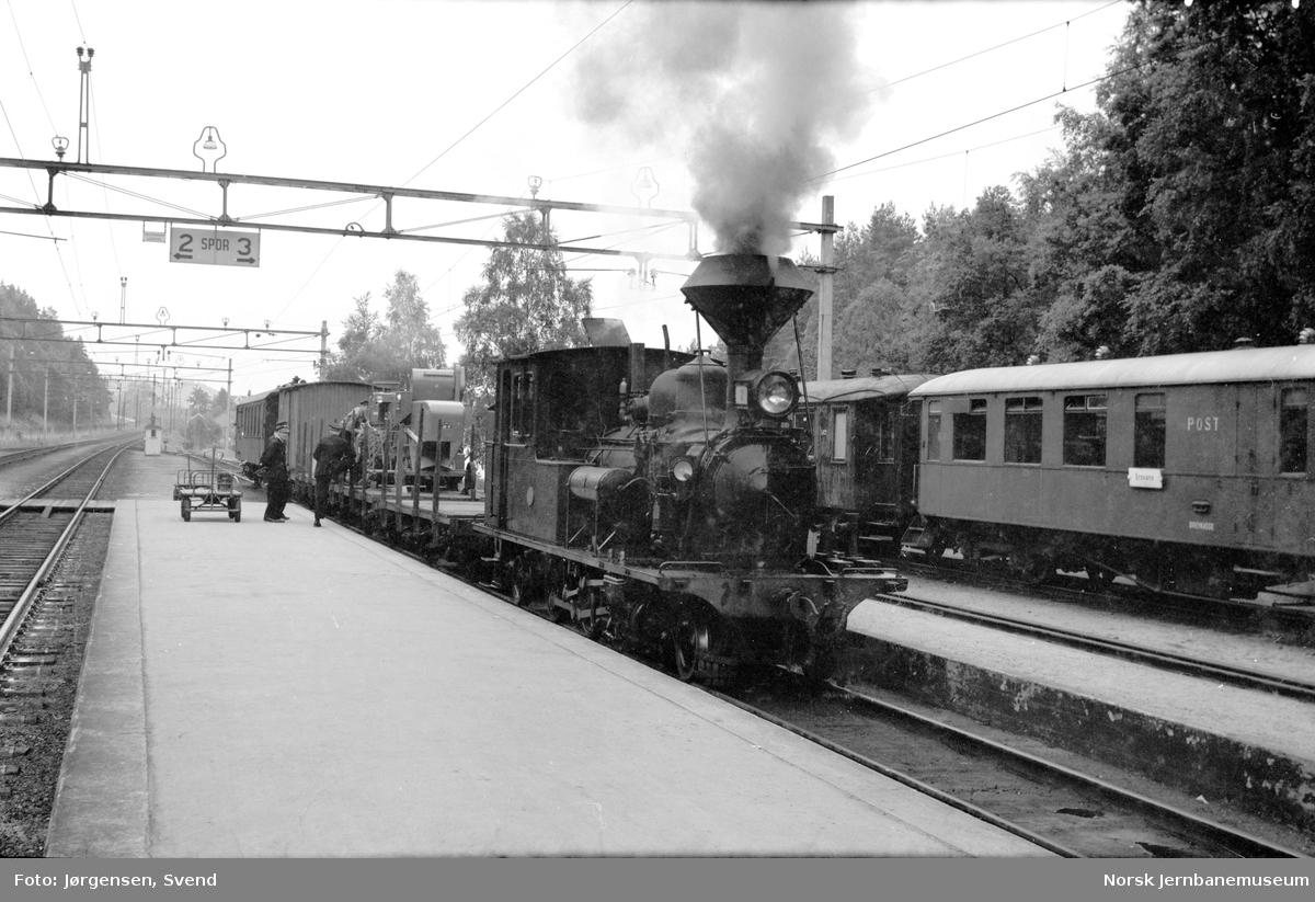 Damplokomotiv nr. 2 foran godstog 5661 på Grovane stasjon