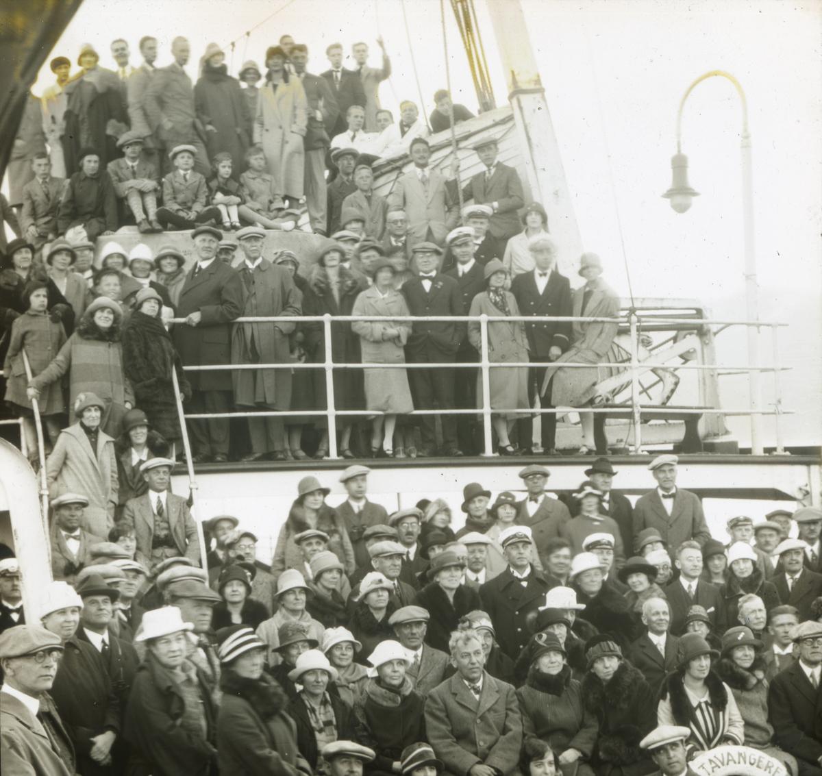 """Dias. Passasjerer på passasjerskipet """"DS Stavangerfjord"""" står oppstilt på dekk. Skipet tilhørte Den norske amerikalinje og ble sjøsatt 21. mai 1917 og satt i trafikk i april 1918."""