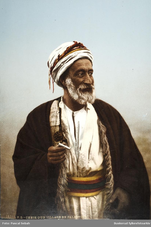 Et Fotocrome bilde av en Palestiner fra en landsby nord i det som nå er Israel, Sheikh  Dannun