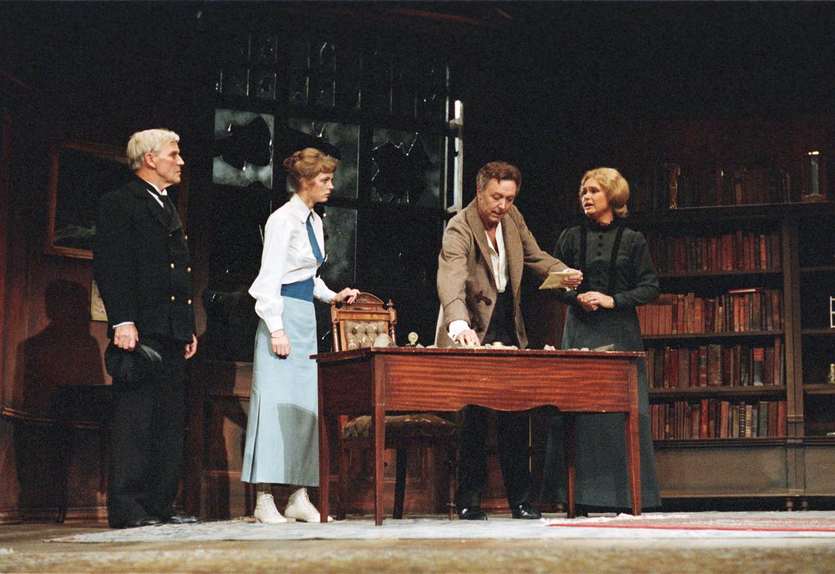 """En scene fra Nationaltheaterets oppsetning av """"En folkefiende"""". Forestillingen hadde premiere 27. september 1979. Regisør var Charles Marowitz."""
