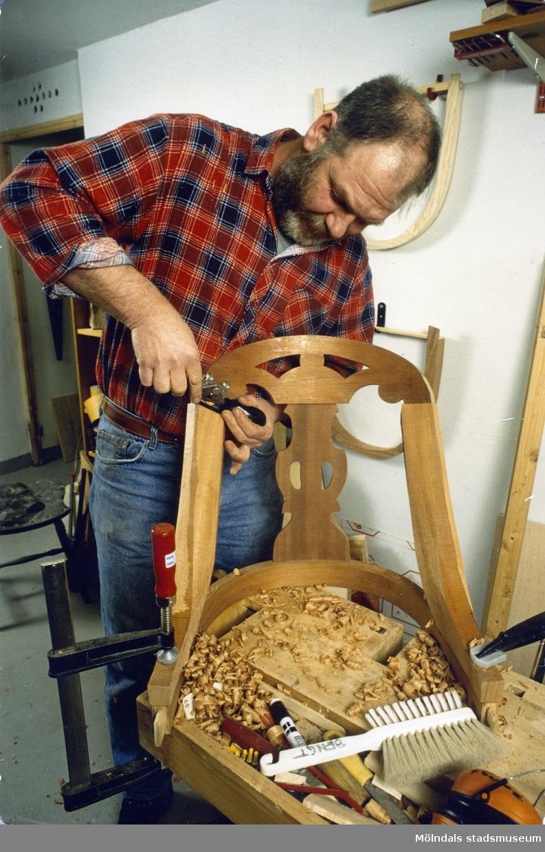 En okänd man tillverkar en Göteborgsstol. Okänt årtal.