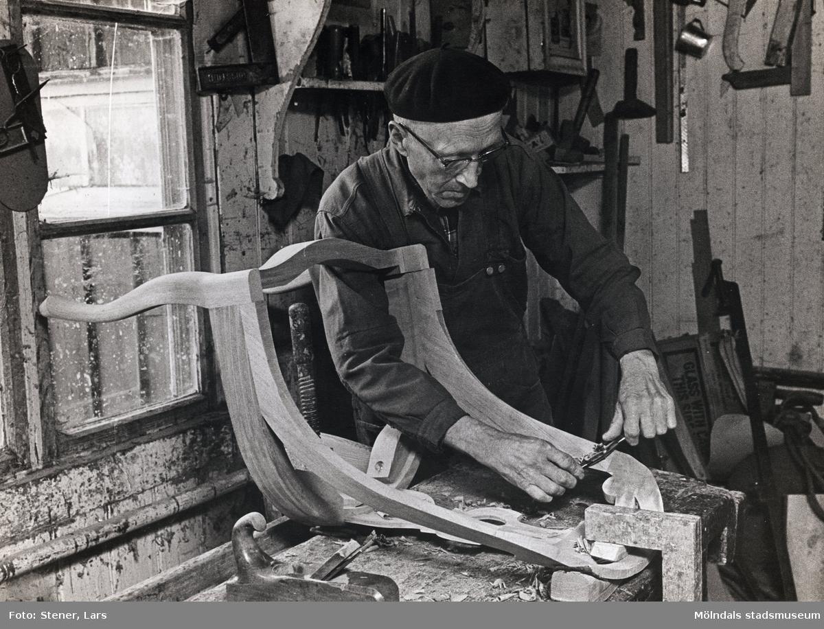 Elis Martinsson (1895-1987), Holmen, Hällesåker. Stor tillverkare av Göteborgsstolen.  Gjorde ett dussin åt gången. Kontaktkarta med porträtt och snickeriinteriörer. 92 år gammal bodde han på S:t Jörgen i Göteborg.