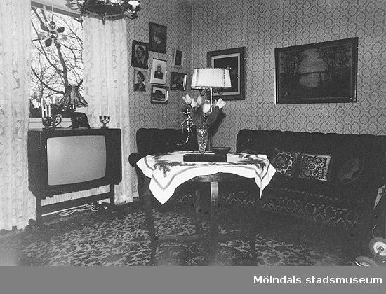 Brattåshemmets äldreboende, okänt årtal. Ett rum med bl. a. en soffa, ett bord, en fåtölj och en TV.