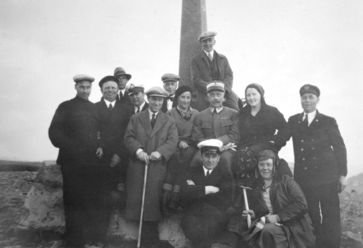 På Nordkapp i 1932. Andre rad nummer to f.h.  står trolig Ragna Sofie Hansen. Resten er ukjent.