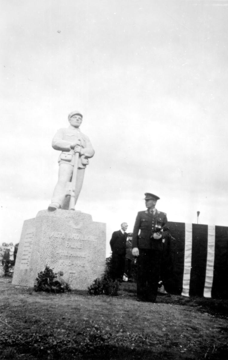"""Påskrift: """"Obersthl. Forseth nuværende skef for Alta bataljon nedlegger krans."""" Avduking av minnesmerke for falne i i Alta bataljon under krigen. Statuen ble avduket 24.7.1949."""
