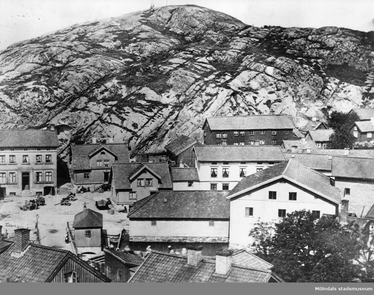Gamla Torget i Mölndals Kvarnby före år 1900. I bakgrunden ses Störtfjället. I bakgrunden till höger ses gamla Skraltorp, Roten F 6.