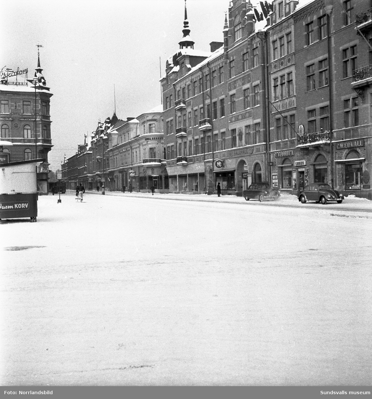 Storgatan vid Stora torget i Sundsvall en kall vintermorgon i februari 1956.