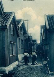 "Enligt uppgift på vykortet: ""Lysekil Gamla Strandgatan""."