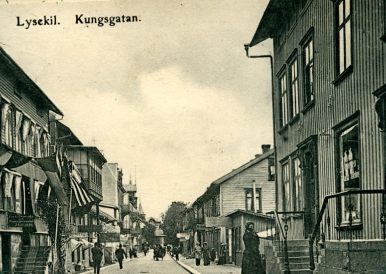 """Enligt uppgift på vykortet: """"Lysekil Kungsgatan""""."""
