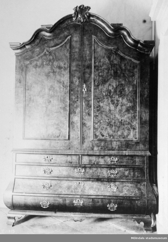 Skåp med beslag, två dörrar upptill och fem lådor nertill. Gunnebo slott 1930-tal.