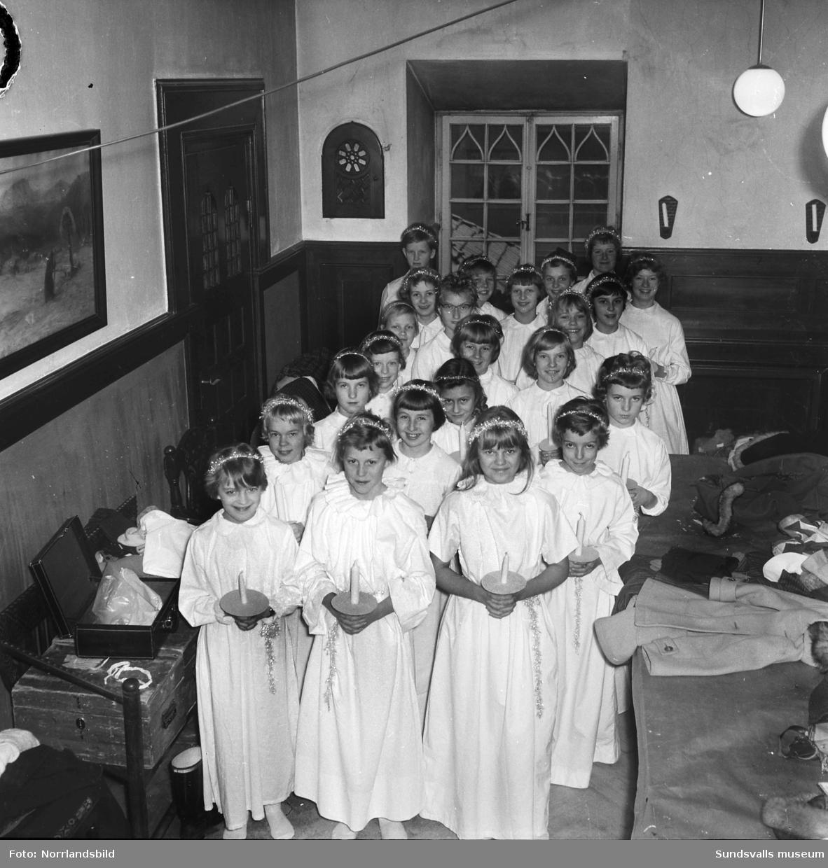 Barn i ljuståg på församlingshemmet.