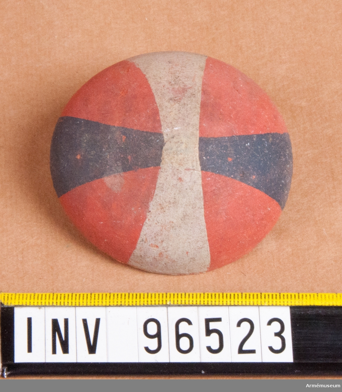 Regementsmärke som skulle bäras i hatten till 1807 års uniform. Fastställd av Gustav IV Adolf den 5 mars 1807. Blått och vitt kors på röd botten. 19 stycken.
