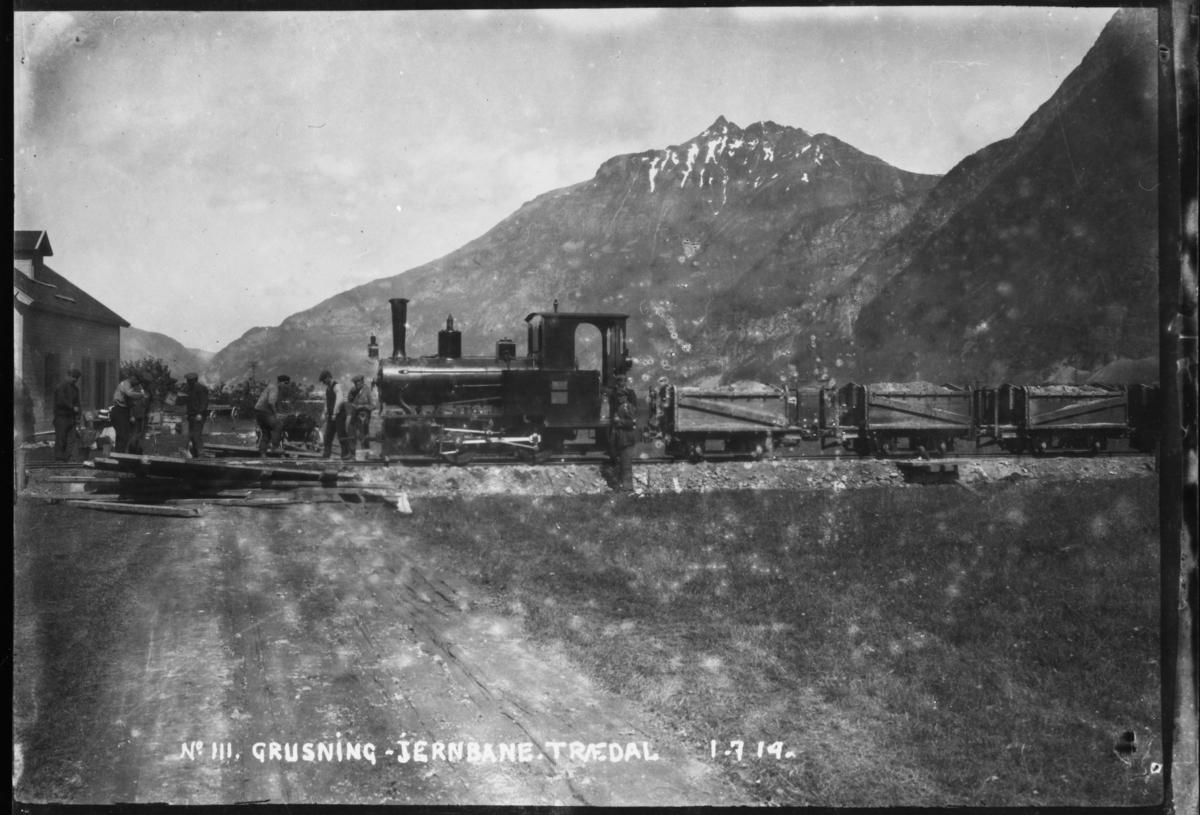No 111 Grusning Jernbane Trædal 1-7-14 Ved Trædal stasjon på Aurabanens sidelinje til Krogshavn. Grustog trukket av damplok 1.