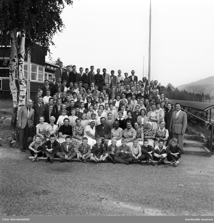 Gruppfoto från Filadelfias sommarting i Bergsåker, 125 personer.