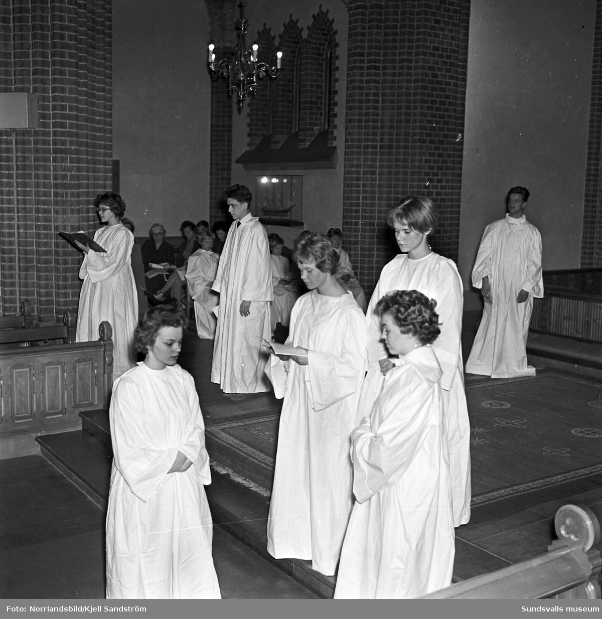 Ungdomar övar kyrkspel i Gustaf Adolfs kyrka i Sundsvall.