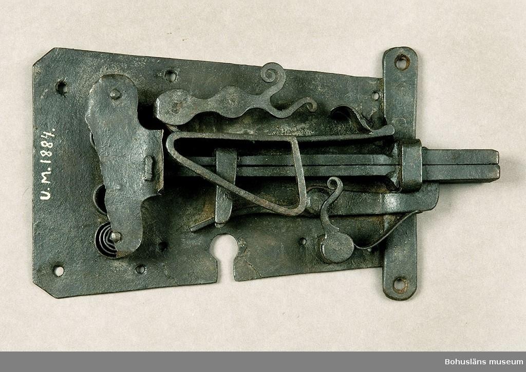 Ur handskrivna katalogen 1957-1958: Järnlås L. 26,8 cm. Största Br. 17,4 cm. Ålderdomlig typ. Nyckel saknas. Ngt. rostigt.
