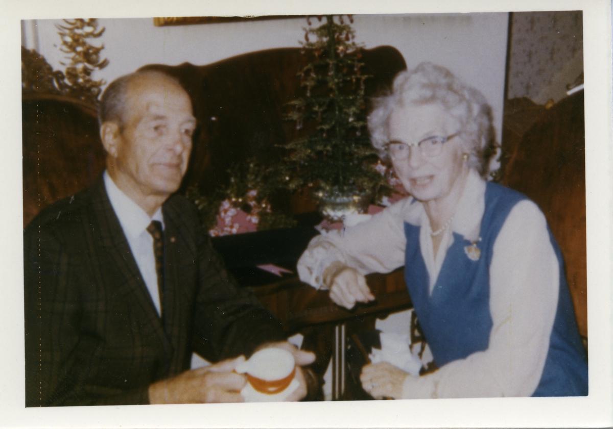 Fotografi av en mann og en kvinne. Personene er navngitt til å være Ingvald Brekken og søster Guri. Bildet er tatt i Los Angeles, California julaften 1968. Mannen er iført dress og slips mens kvinnen er iført en blå kjole med hvit bluse.