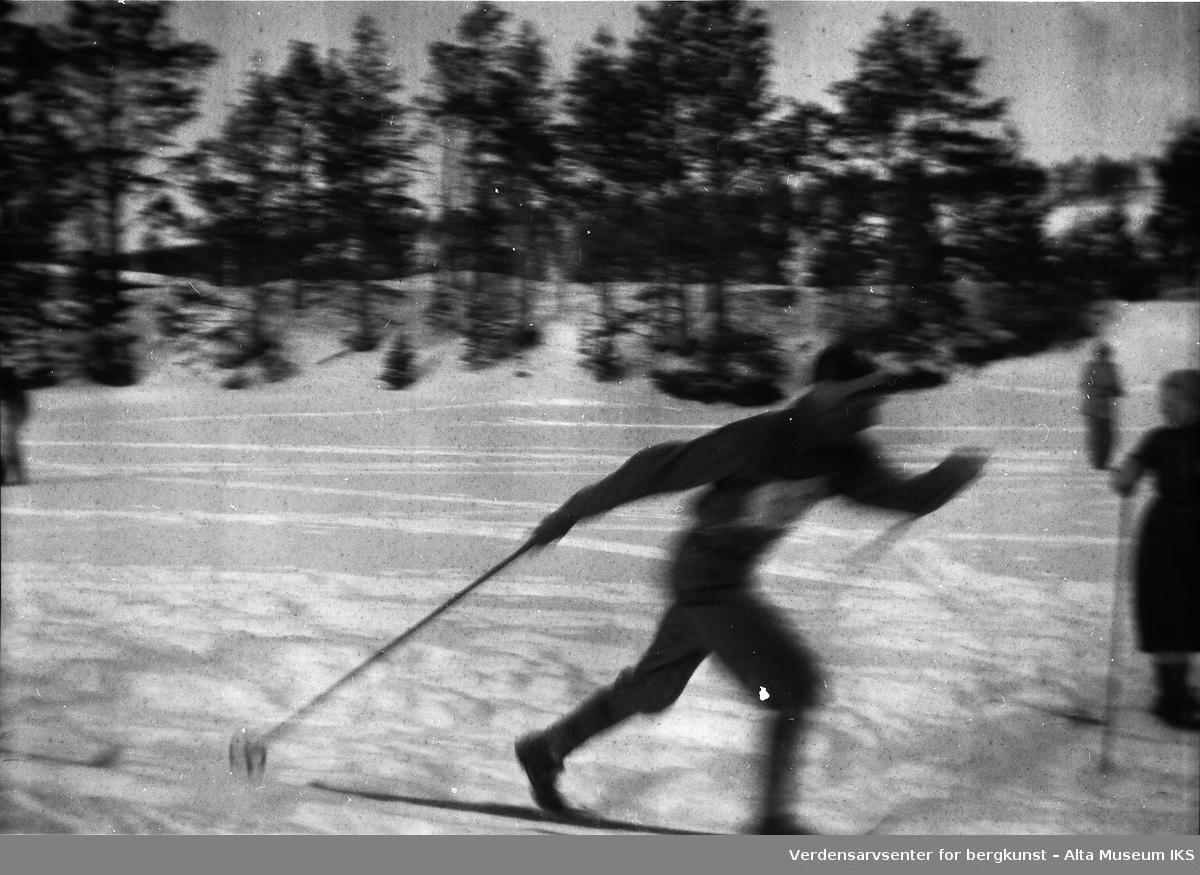 En skigåer i full fart går i løypen under et løp.