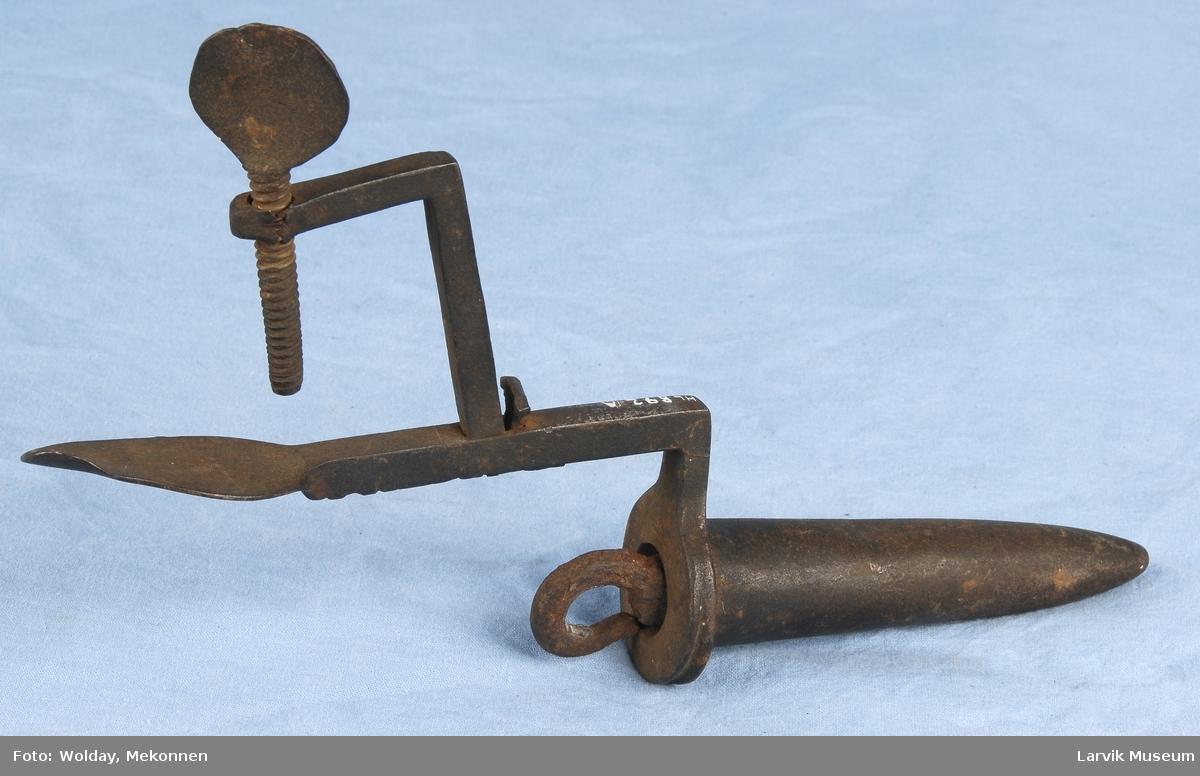 Form: stillbar skrue i en ende,til å feste til kant 3 deler