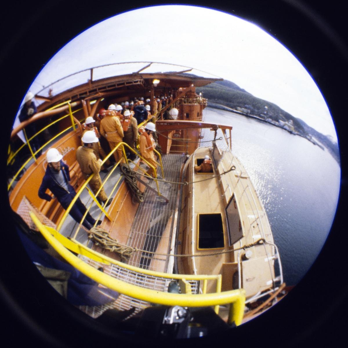 Arbeidere og livbåt på oljeplattform.