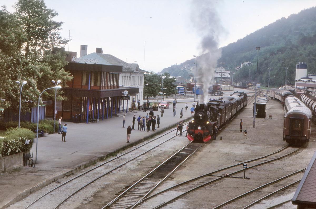 Åndalsnes stasjon med ekstratog til Hamar.
