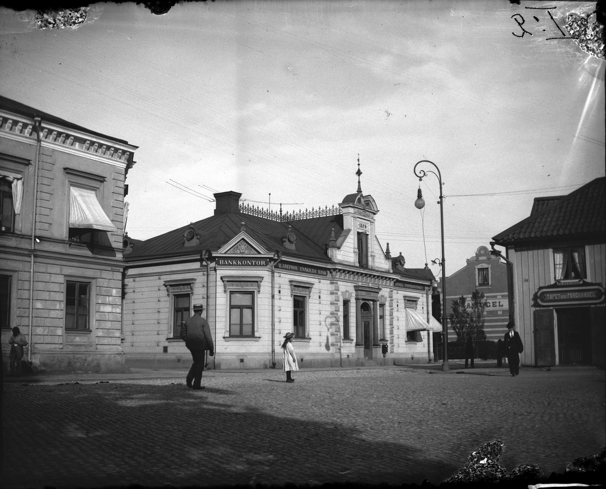 Bild från Lilla Torget (Hökartorget) omkring 1910. Till vänster telegrafhuset. I mitten bank, post, biograf, möbelaffär och pälsaffär. Idag parkering till Hemköp. Till höger idag Nordea banken. Fotograf: Ellert Johan Viktor Sörman Fotokopia finns.