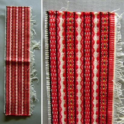 Vävprov till barnförkläde till Leksandsdräkten. Varp av bomull, inslag av ull och bomull. Ränder i rosengång i rött, vitt, svart, gult och grönt. Bilden är ett montage som visar hela provet och en detalj.