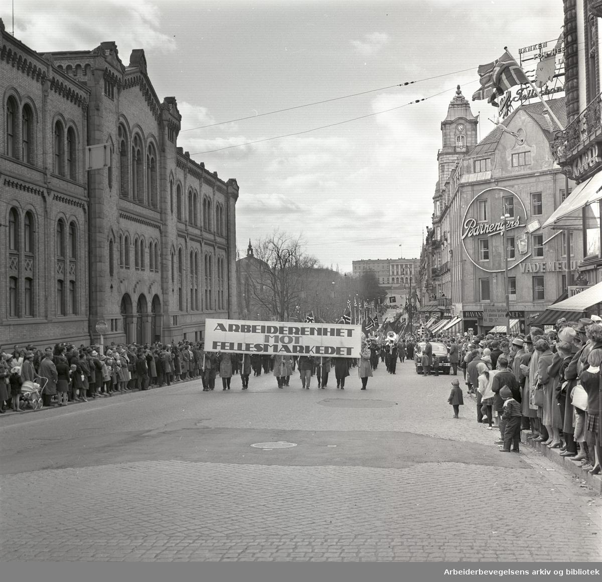 """1. mai 1962 i Oslo.Demonstrasjonstog arrangert av """"Faglig aksjon mot Fellesmarkedet"""" med støtte fra Sosialistisk Folkeparti (SF) og Norges kommunistiske parti (NKP)...Parole: Arbeiderenhet mot Fellesmarkedet"""
