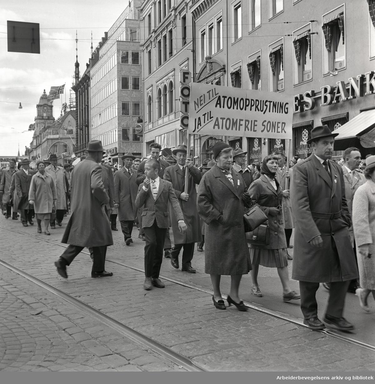 """1. mai 1962 i Oslo.Demonstrasjonstog arrangert av """"Faglig aksjon mot Fellesmarkedet"""" med støtte fra Sosialistisk Folkeparti (SF) og Norges kommunistiske parti (NKP)..Parole: Nei til atomopprustning.Ja til atomfrie soner.."""