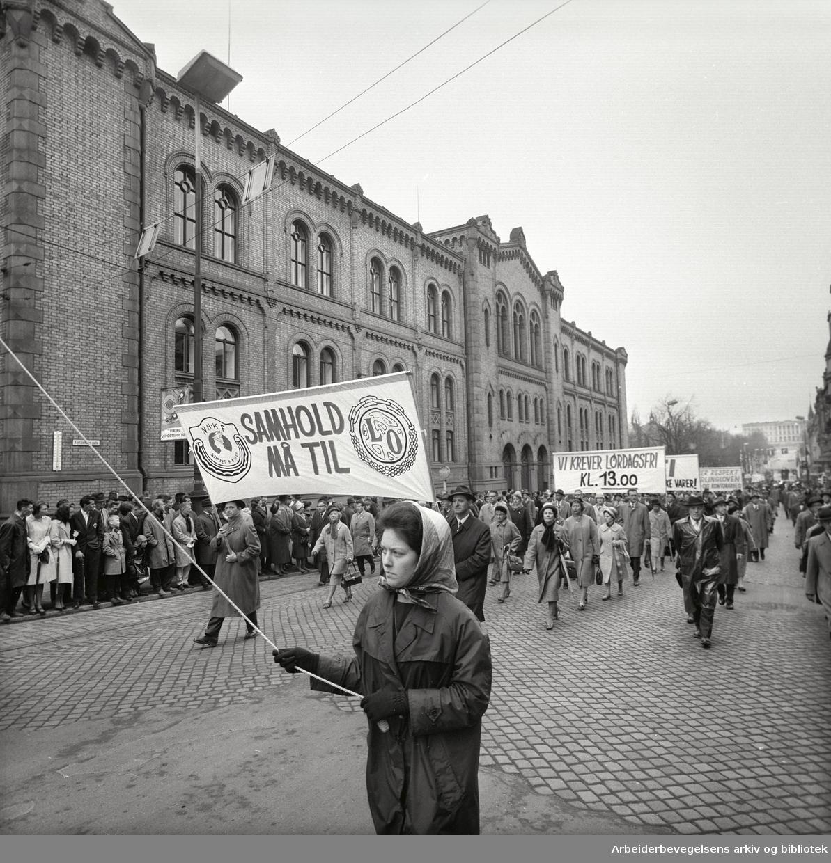 1. mai 1963 i Oslo.Demonstrasjonstoget i Karl Johans gate..Parole: NHKF Samhold må til LO.Parole: Vi krever lørdagsfri kl. 13.00