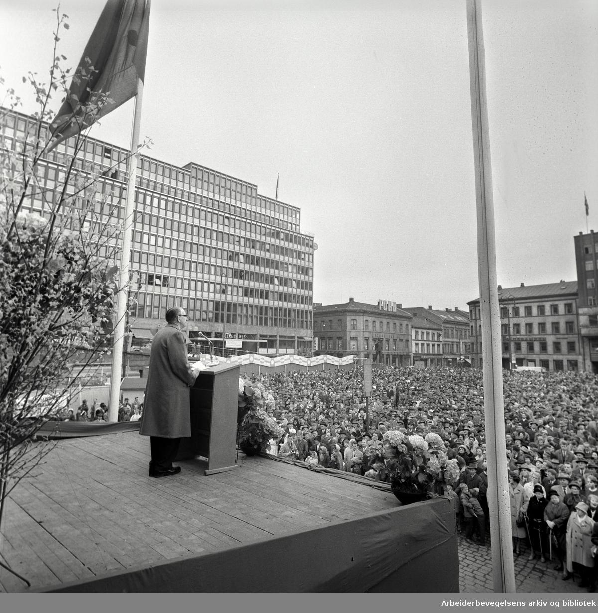 1. mai 1963, LO-formann Konrad Nordahl taler på Youngstorget.
