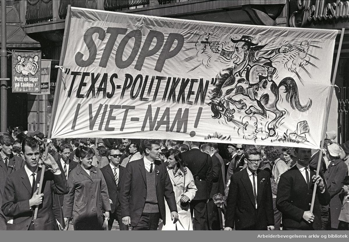 1. mai 1965 i Oslo.Demonstrasjonstoget i Karl Johans gate.Parole: Stopp Texas-politikken i Vietnam!
