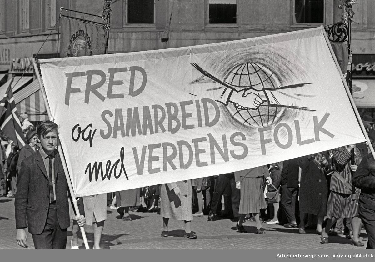 1. mai 1965 i Oslo.Demonstrasjonstoget i Karl Johans gate..Parole: Fred og samarbeid med verdens folk
