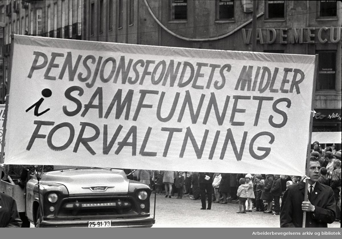 1. mai 1966 i Oslo.Demonstrasjonstoget i Karl Johans gate.Parole: Pensjonsfondets midler i samfunnets forvaltning.